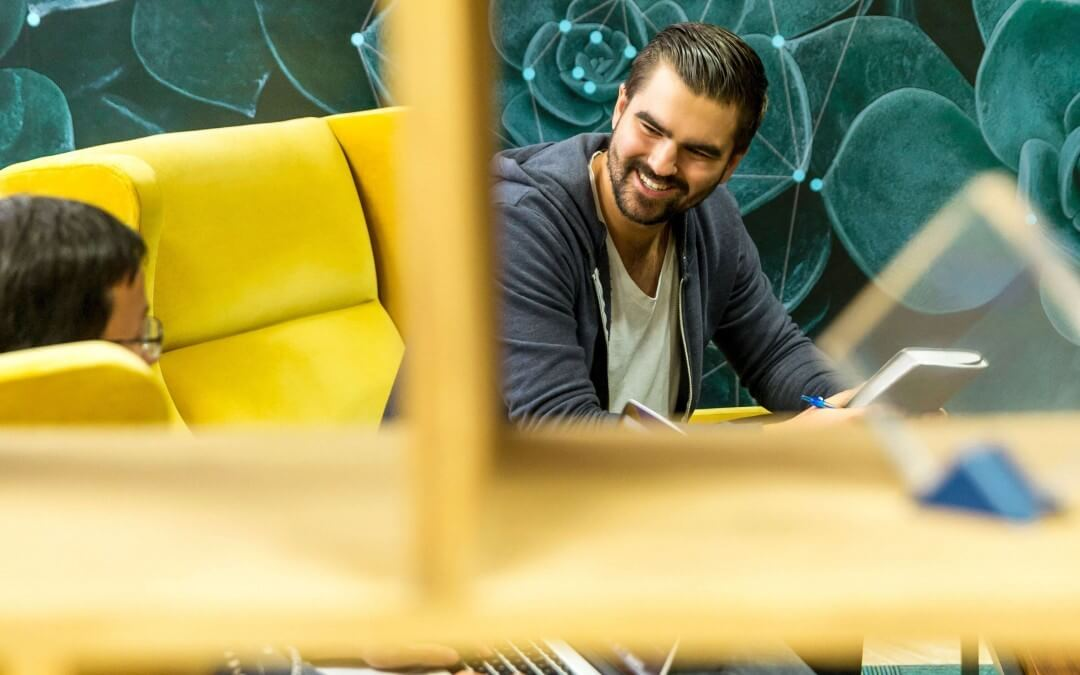 Bild zwei Männer im Gespräch. Empfehlungsmarketing von Mensch zu Mensch. Neukundengewinnung für Kleinunternehmen und Selbständige.
