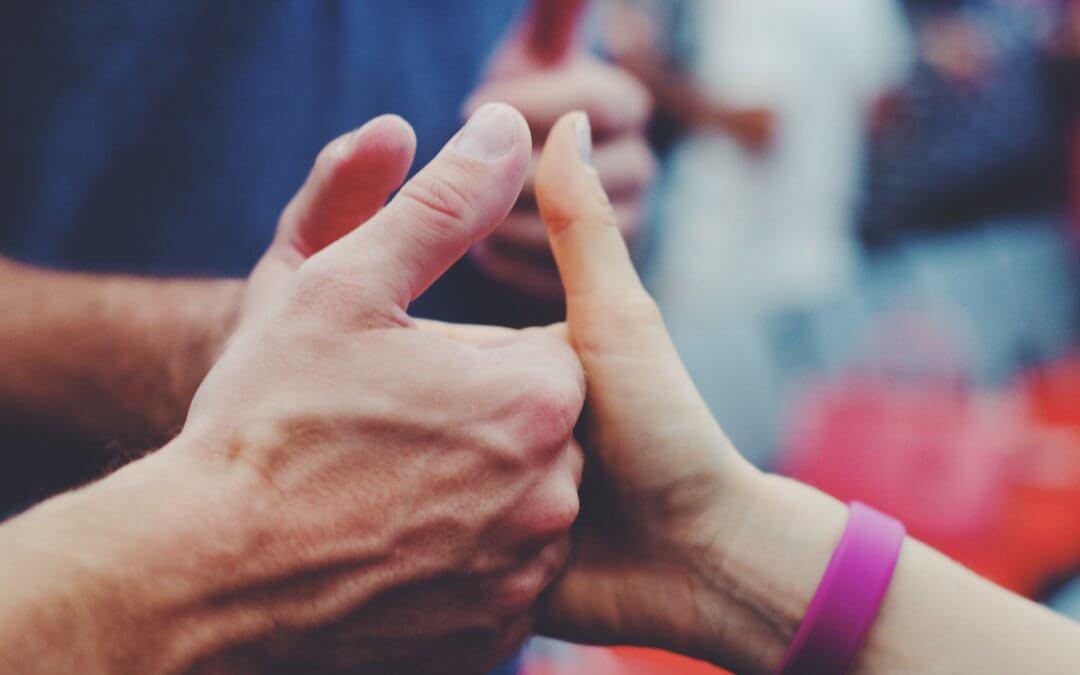 Drei Hände mit Daumen hoch für Kundenloyalität